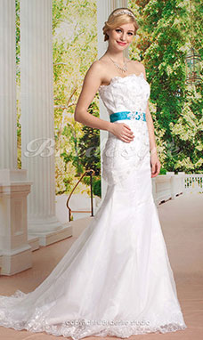 Mermaid / TrumpetLace Court Train Strapless Wedding Dress