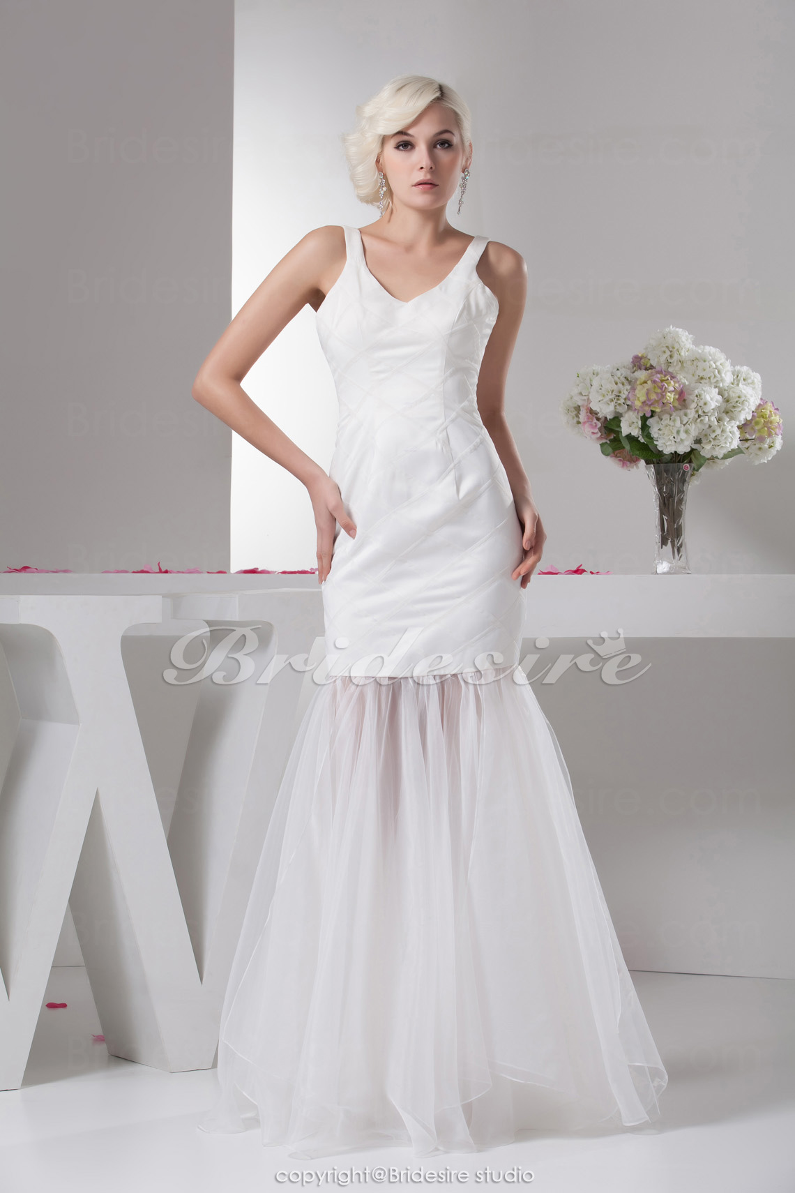 Trumpet/Mermaid V-neck Floor-length Sleeveless Satin Dress