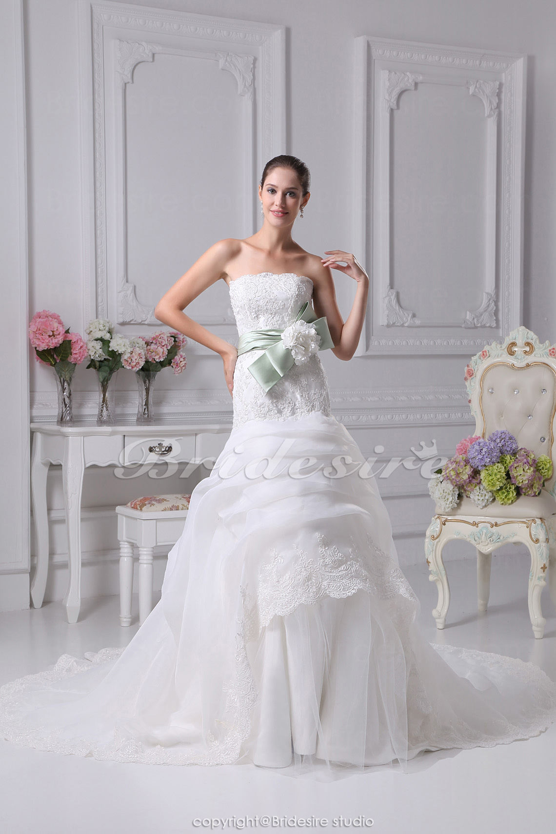 Trumpet/Mermaid Strapless Chapel Train Sleeveless Organza Lace Wedding Dress
