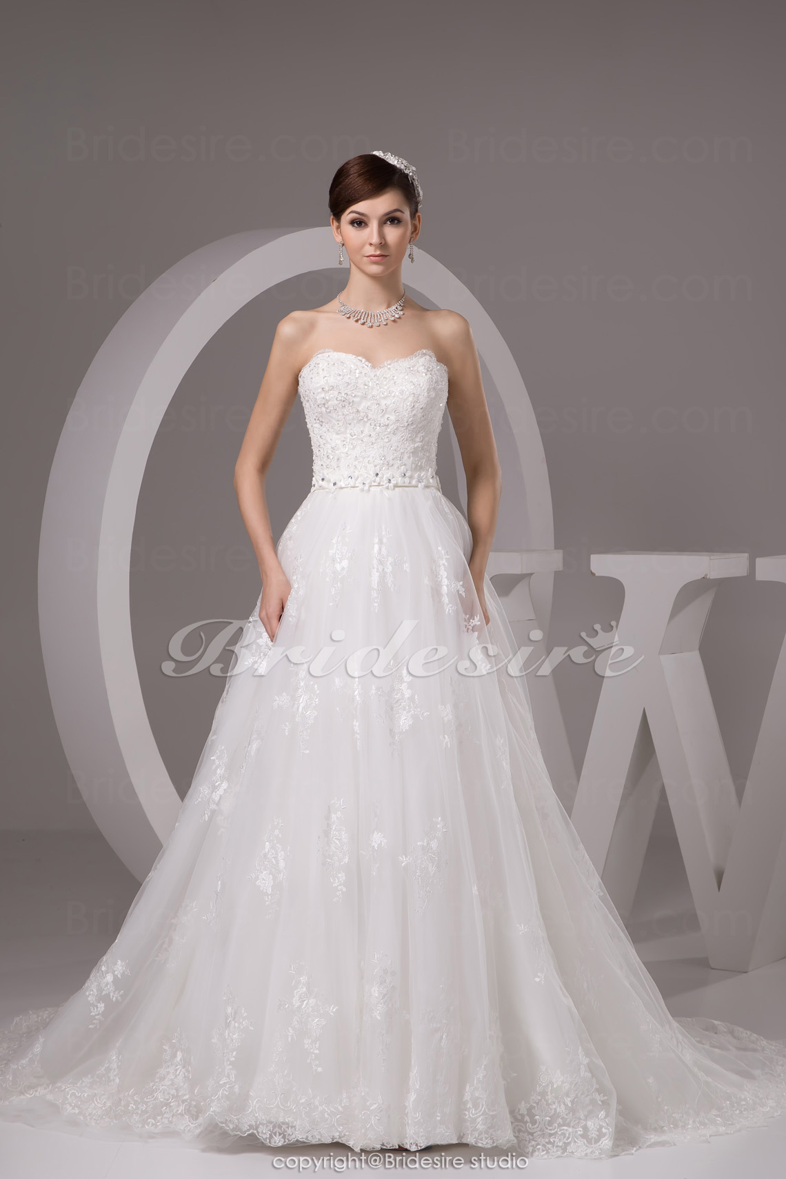 A-line Sweetheart Chapel Train Sleeveless Lace Wedding Dress