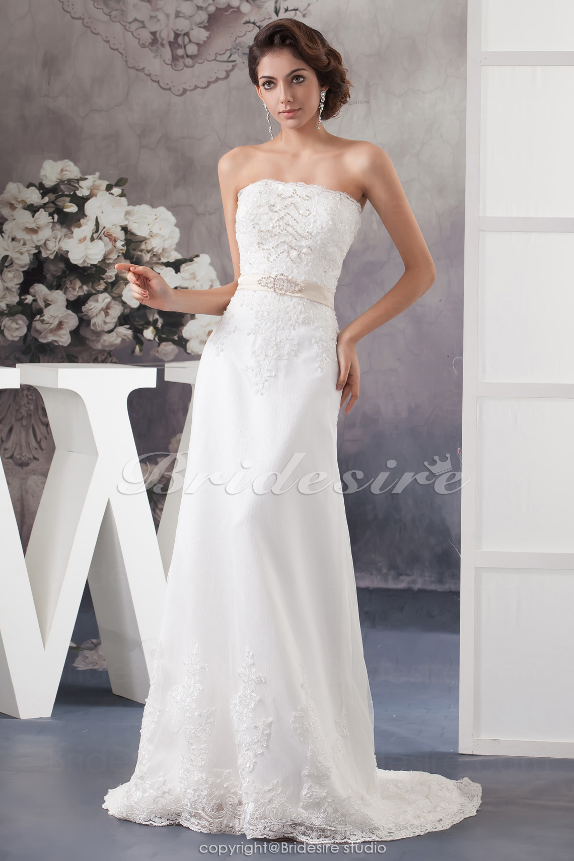 Sheath/Column Strapless Court Train Sleeveless Lace Wedding Dress