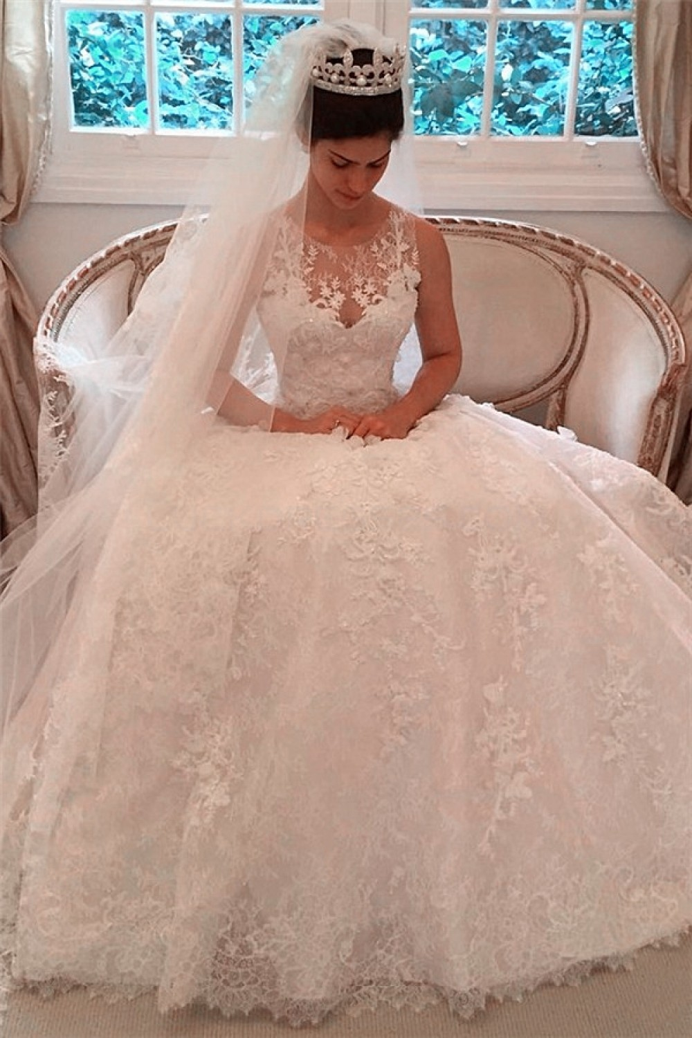 Ball Gown Scoop Sleeveless Lace Wedding Dress