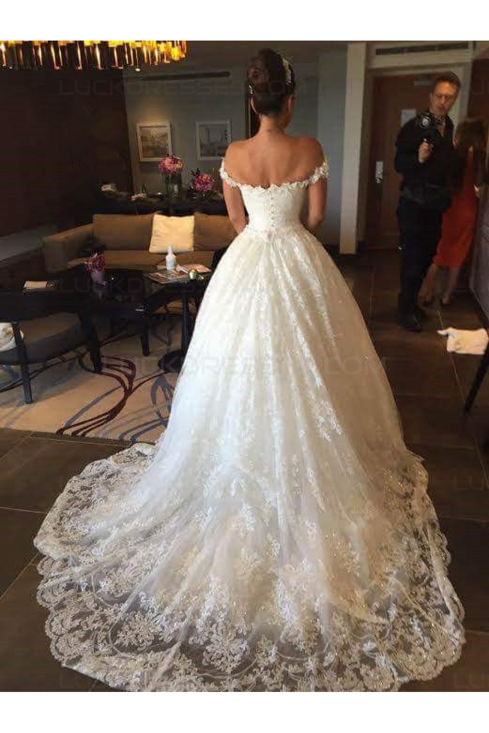 Ball Gown Off-the-shoulder Sleeveless Lace Wedding Dress