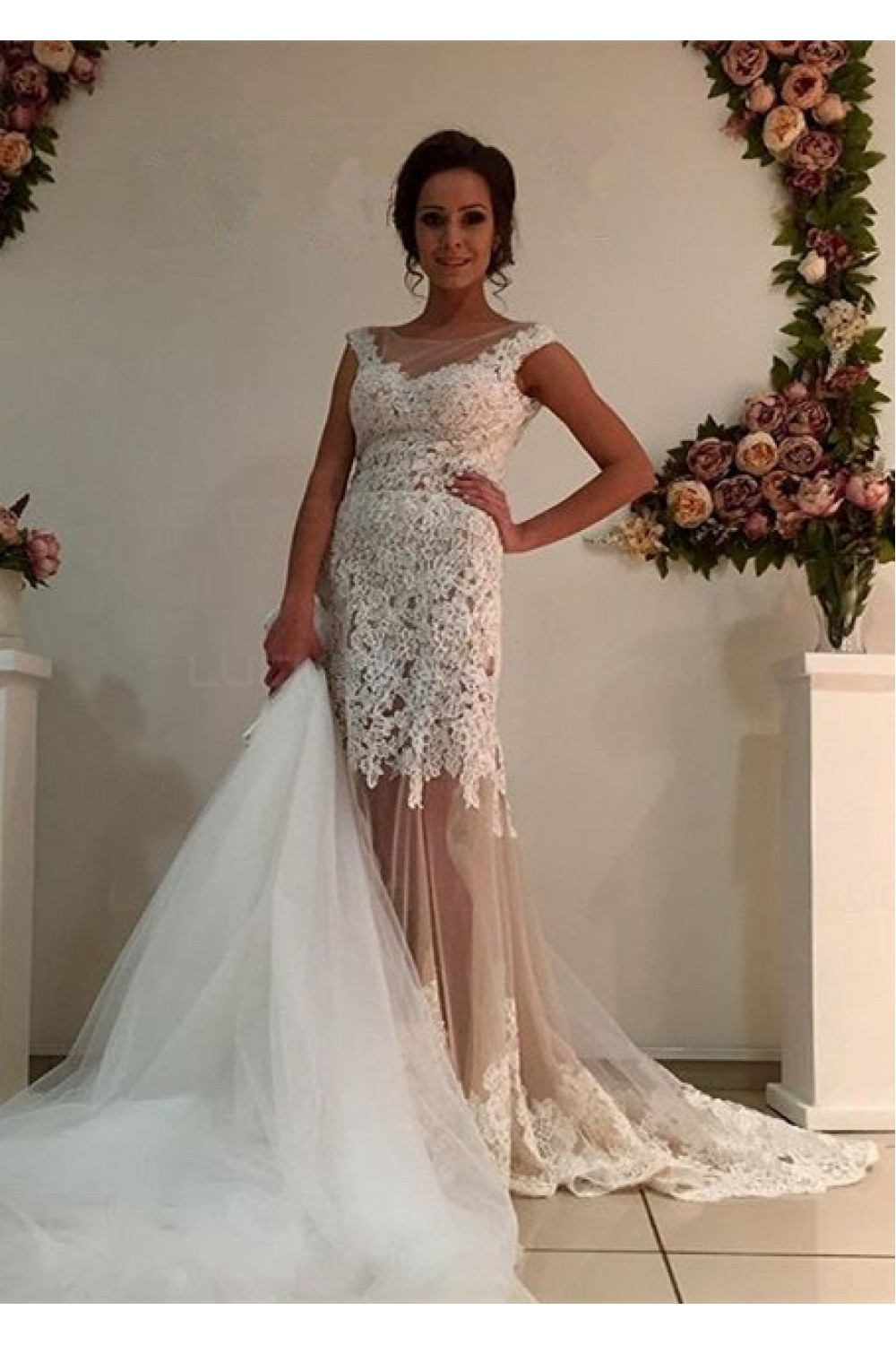 Sheath/Column Scoop Sleeveless Lace Wedding Dress
